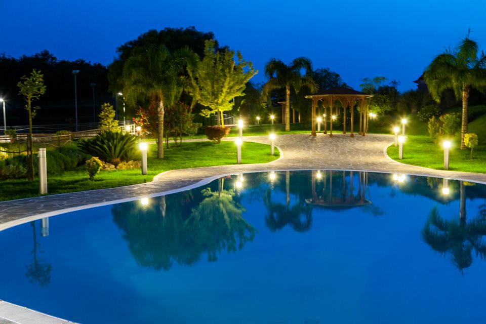 Bordo piscina di notte